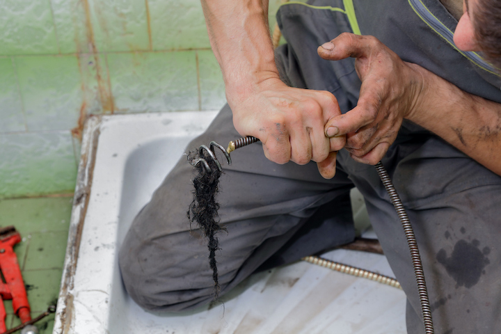 Verstopte doucheafvoer ontstoppen