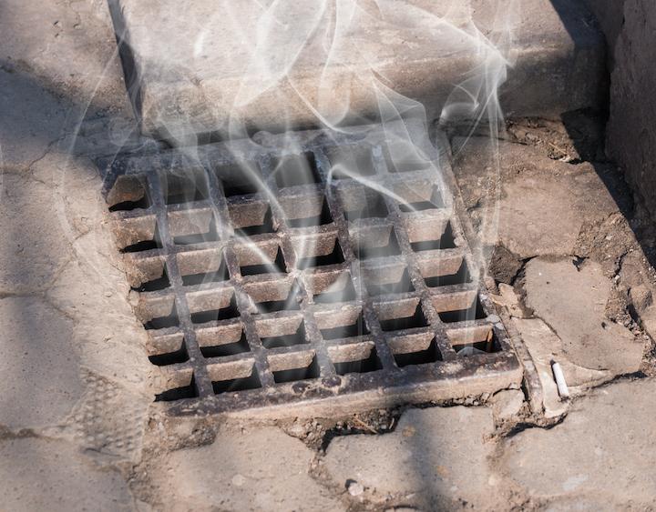 Vrijgekomen rook uit de riolering na een rookanalyse