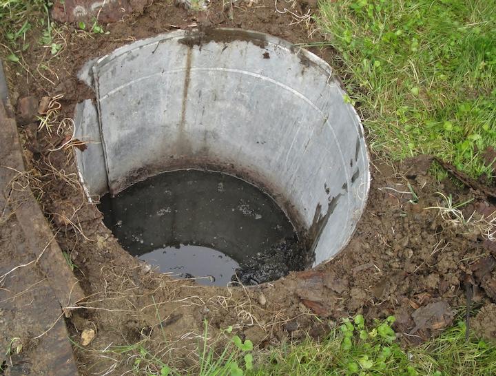 Volle septische put met water door verstopping afloop